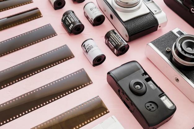 Pezzi di pellicola vicino a telecamere e rotoli