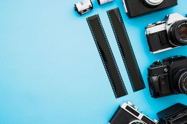 Strisce di pellicola e cassette vicino alle telecamere
