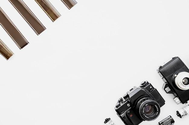 Strisce di pellicola vicino a telecamere e cassette