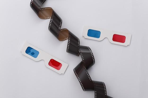필름 테이프 및 흰색 배경에 3d 안경입니다. âinema, 엔터테인먼트 산업. 평면도