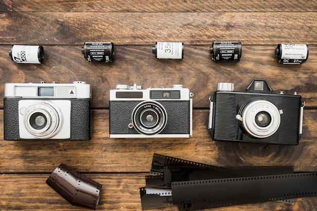 Nastri di pellicola vicino a fotocamere e cassette
