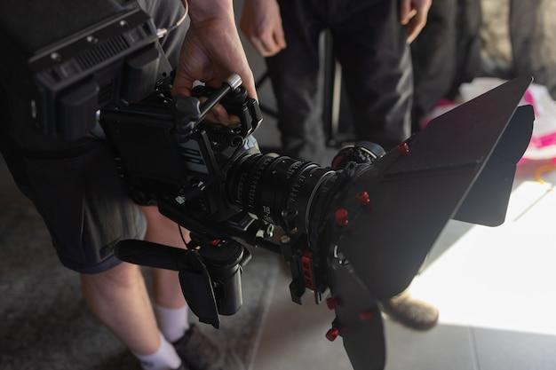 외부 그의 오른손에 카메라를 들고 촬영 과정 카메라맨