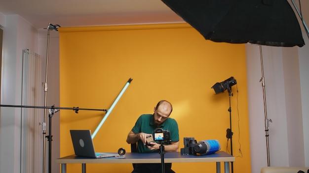 동영상 블로그용 삼각대 유체 헤드의 프레젠테이션을 녹화하는 영화 제작자. 비디오 액세서리에 대한 토론. 작업을 위한 전문 스튜디오 비디오 및 사진 장비 기술, 사진 스튜디오 소셜 미디어 s