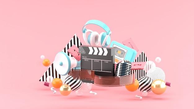 ピンクの空間でのフィルムストリップとクラッパーの映画とエンターテインメント