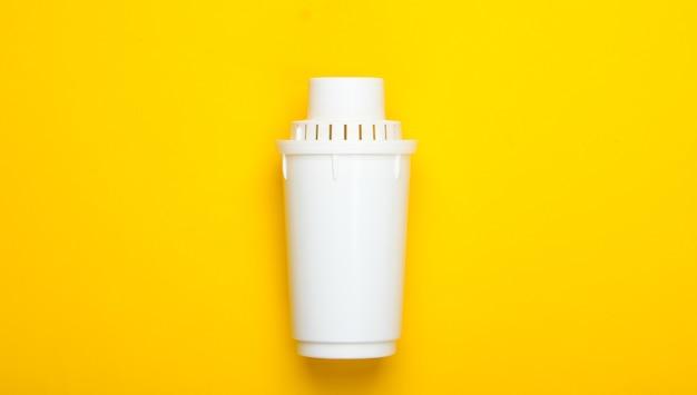 黄色の背景に浄水器のフィルター要素。上面図