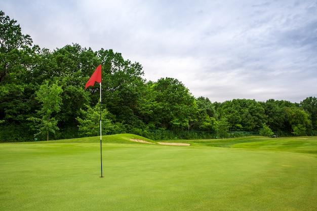 旗のある最後のホール、ゴルフコースの芝生