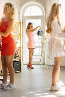 최종 판매. 착용, 판매 중 의류 매장, 여름 또는 가을 컬렉션. 새로운 옷을 찾는 젊은 여성. 패션, 스타일, 제안, 감정, 판매, 구매의 개념. 새로운 쇼핑.