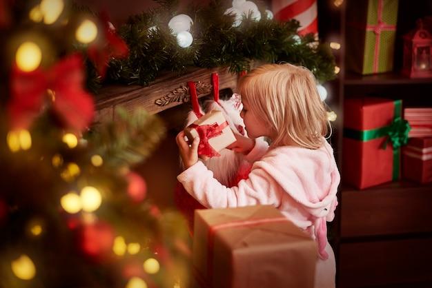 마지막으로 그녀는 선물 포장을 풀 수 있습니다.
