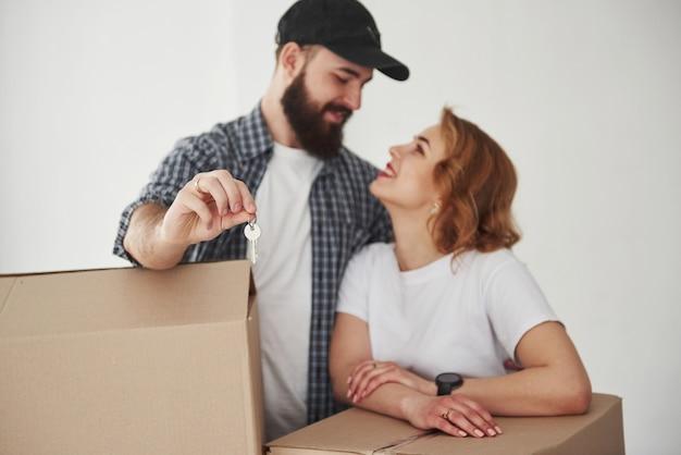 Finalmente siamo qui. coppia felice insieme nella loro nuova casa. concezione del movimento