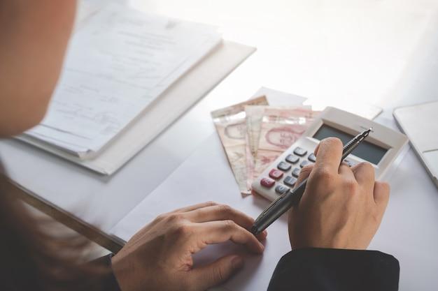 Концепция финансов и бухгалтерского учета. деловая женщина работает на столе