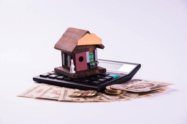 インドでの金融および住宅ローンまたは購入-3d住宅モデル、インド紙幣、電卓などを示すコンセプト