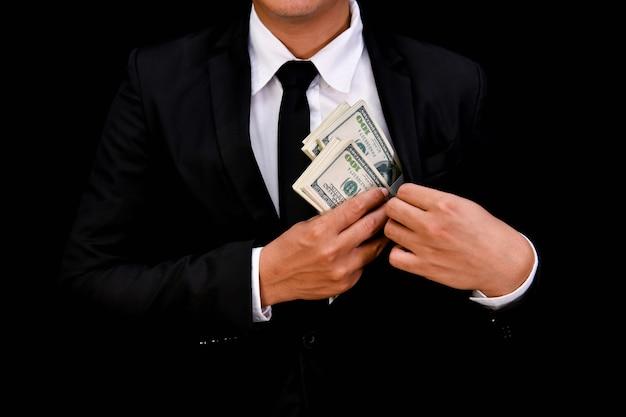 ファイナンスビジネスコンセプト。黒い背景にたくさんのお金。