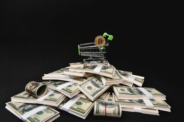金融ビジネスの概念黒い背景にたくさんのお金。