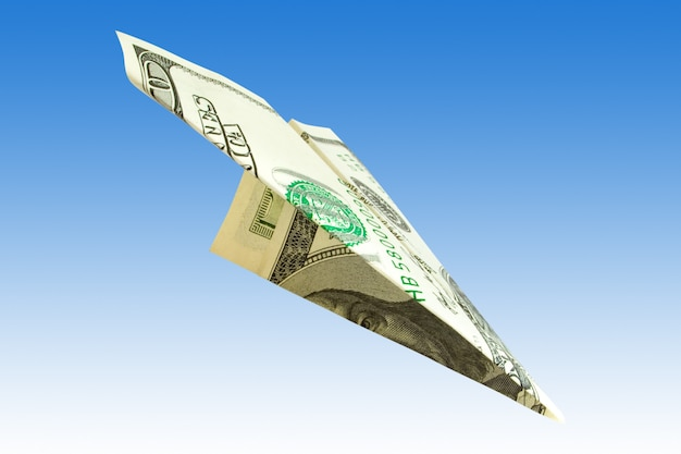 Концепция финансов. денежный самолет на синем фоне