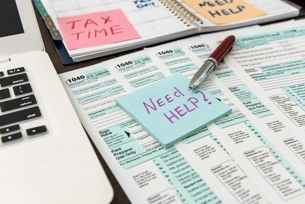ノートパソコン付きの財務書類、締め切り。税務会計