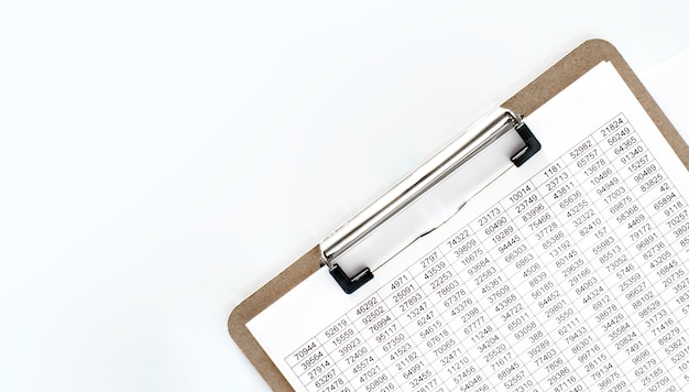 財務書類、金額のある紙皿。ビジネスコンセプト