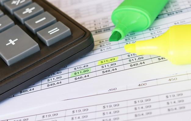 財務書類。編集にカラーペンマーカーを使用