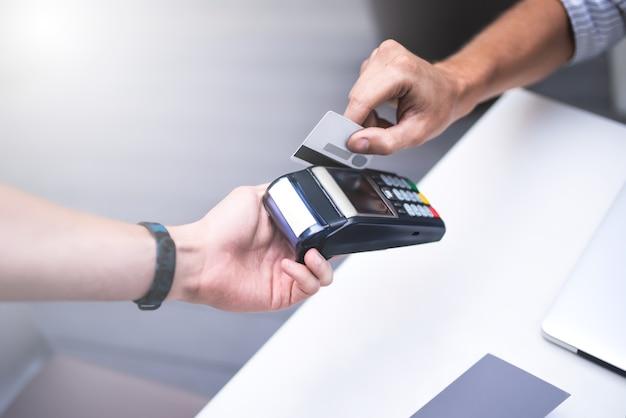 금융 지불 현금 무료 및 사람들은 도시에서 커피 값을 지불하는 신용 카드로 젊은 남자를 개념