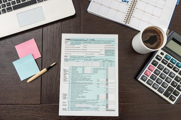 계산기, 노트북 및 펜으로 금융 세금 양식