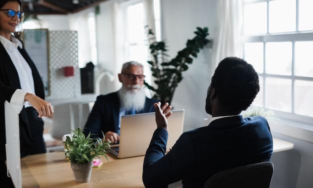 은행 사무실 내부 전략에 대해 논의하는 재무 팀워크