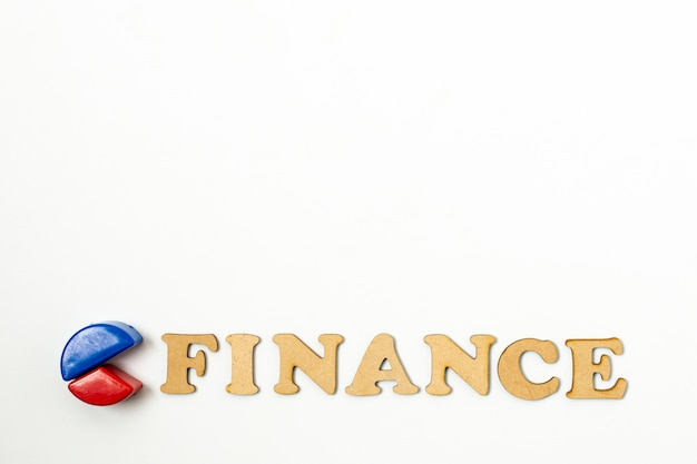 白い背景の上の円グラフと金融テキスト