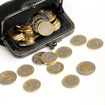 Финансы. монеты евро на столе