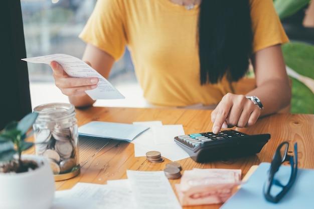재정 절약 경제 개념. 회계사 또는 은행가는 현금 청구서를 계산합니다.
