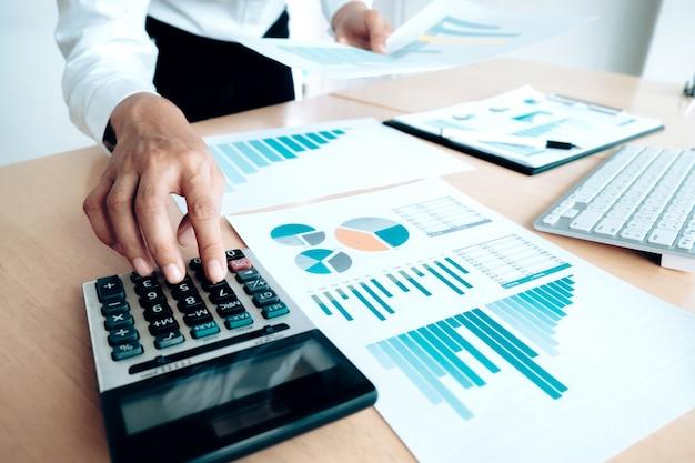 재정 절약 경제 개념입니다. 여성 회계사 또는 은행가 계산기를 사용합니다.