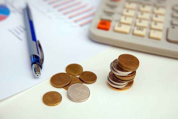 Концепция финансового учета с монетами и калькуляторами