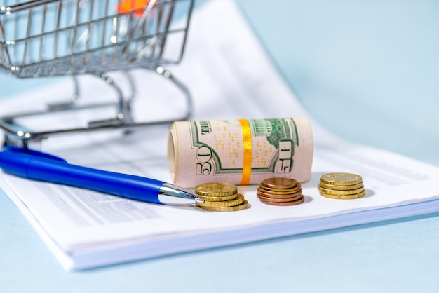 Финансовый учет, деньги на столе. налоговая реформа