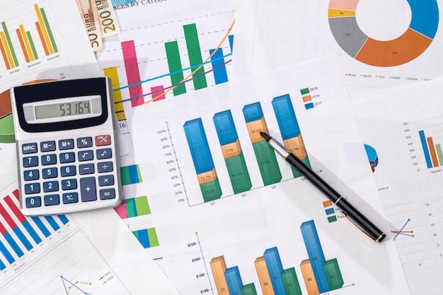グラフ、ペンによる財務分析。年度予算。