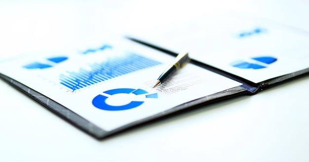 テーブル上の財務およびビジネスのカラーチャートとグラフ