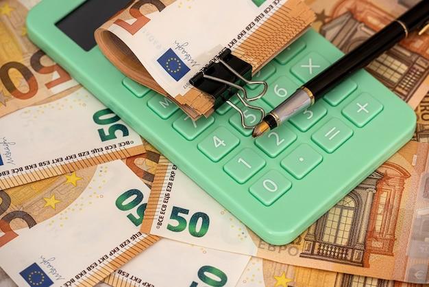 재무 및 계산 또는 교환 개념. 사무실에서 유로 돈