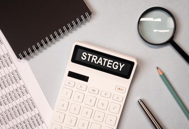 Слово стратегии финансового бизнеса, надпись на документах.
