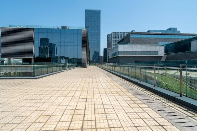 中国寧波の金融センター広場とオフィスビル