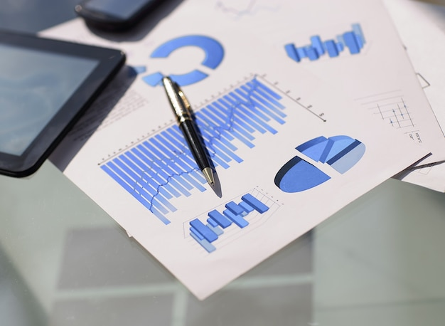 表の財務チャートとグラフ。