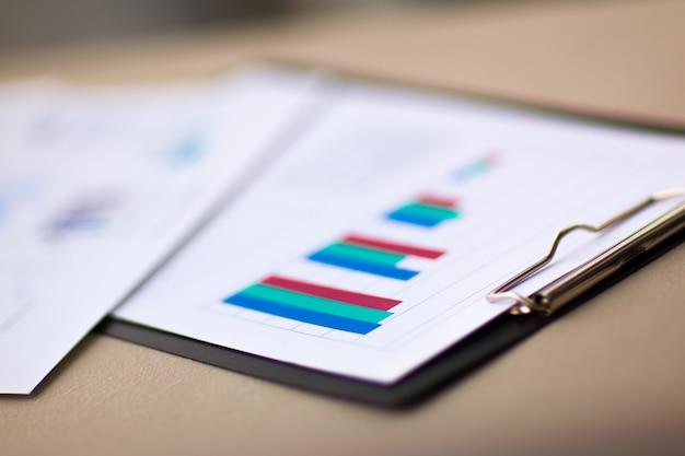 Финансовые диаграммы и графики на столе