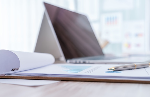 노트북 테이블에 재무 차트