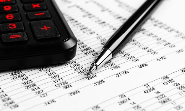 財務コンセプト。電卓、財務書類のペン。財務諸表と年次報告書。