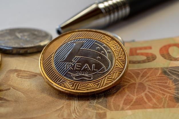 Концепция финансового контроля с бразильскими деньгами, монетами и банкнотами.