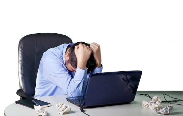 Финансовый кризис, разочарованный бизнесмен в своем офисе, белый фон