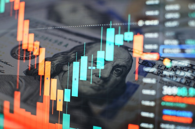 Финансовые данные на мониторе. бизнес-статистика и аналитика, светящийся лист безнес статистики биржевой торговли в темноте.