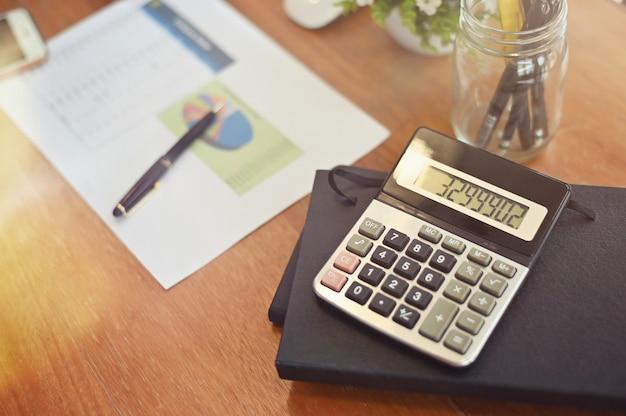 金融デスク:ビジネスオフィスの机の上の電卓。