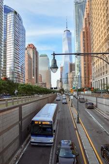 배터리 파크에서 금융 지구 거리와 건물의 전망 nyc usa