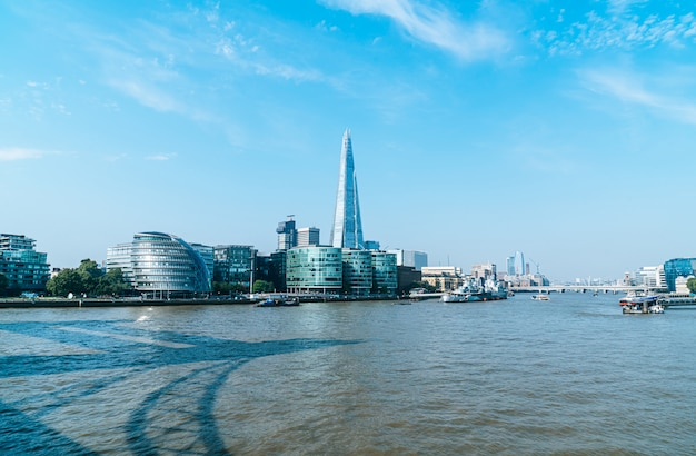 川からのロンドンの金融街ビュー