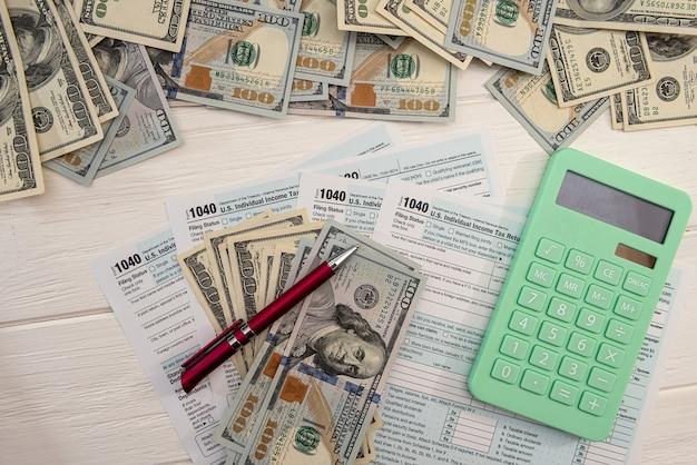 財務書類、会計マネー計算機の課税は1040を埋めます