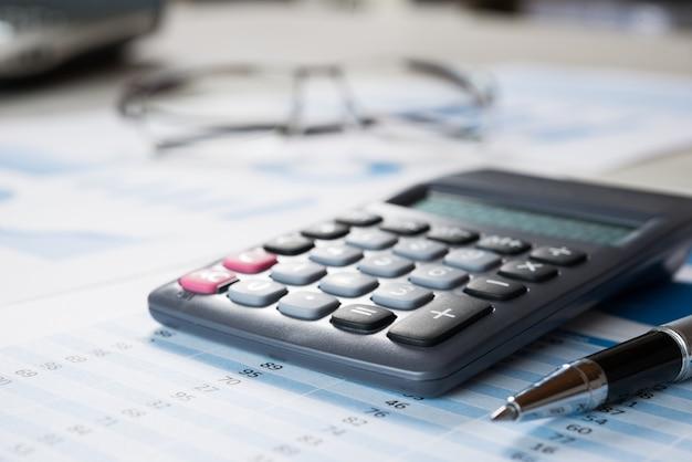 テーブル上の財務書類
