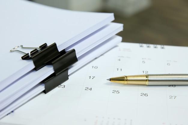 Фотографии финансового оборудования на столе.