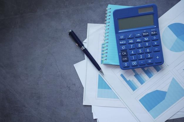 검은 배경에 금융 그래프 계산기와 메모장
