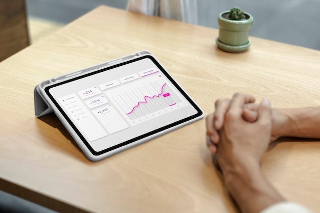태블릿에 주식 시장의 재무 그래프